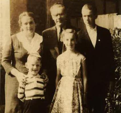 Žanis Ludiks ar sievu Veltu, meitu Mairitu, dēliem Māri un Almeru